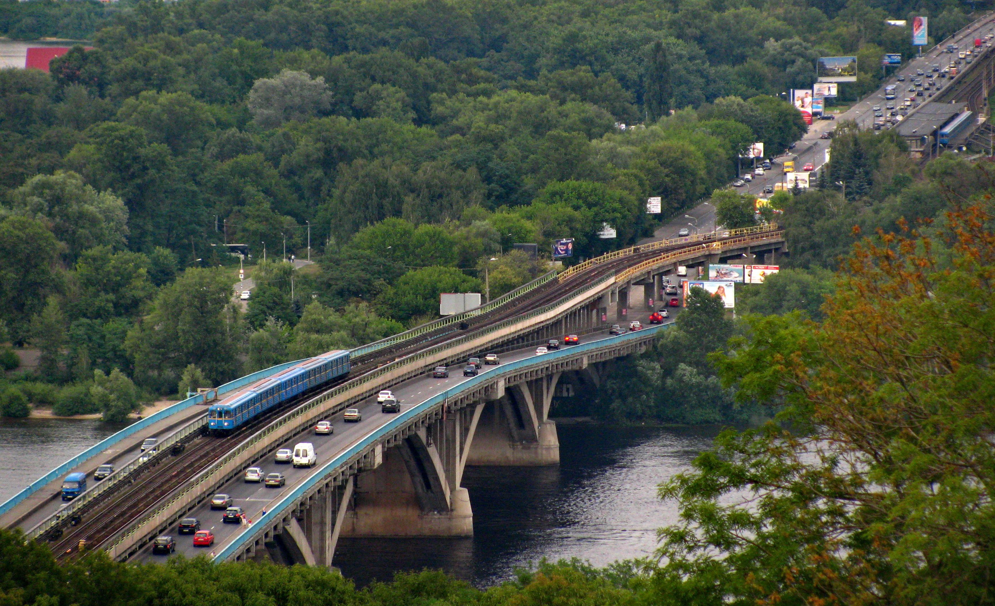 В Киеве собрались ремонтировать мост Метро 1