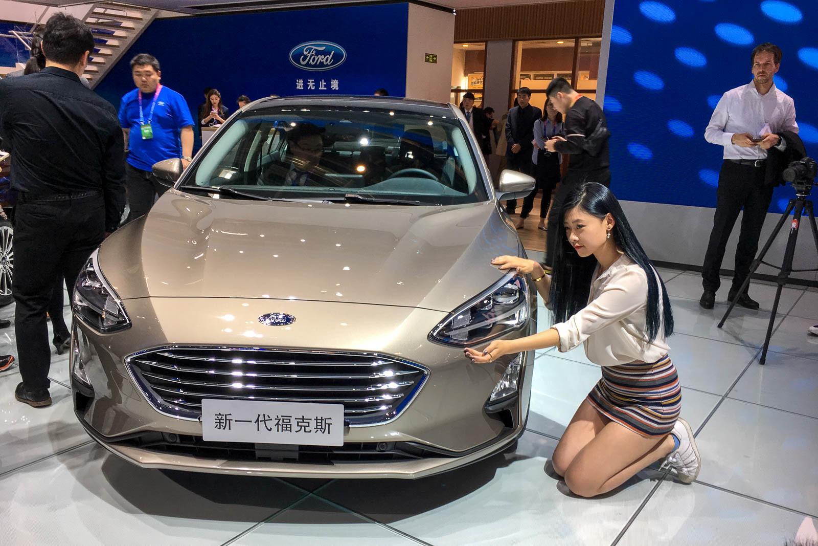Самые красивые стендистки и стендисты Пекинского автосалона 1