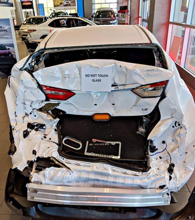 Разбитую в ДТП Toyota Camry выставили в дилерском центре 2