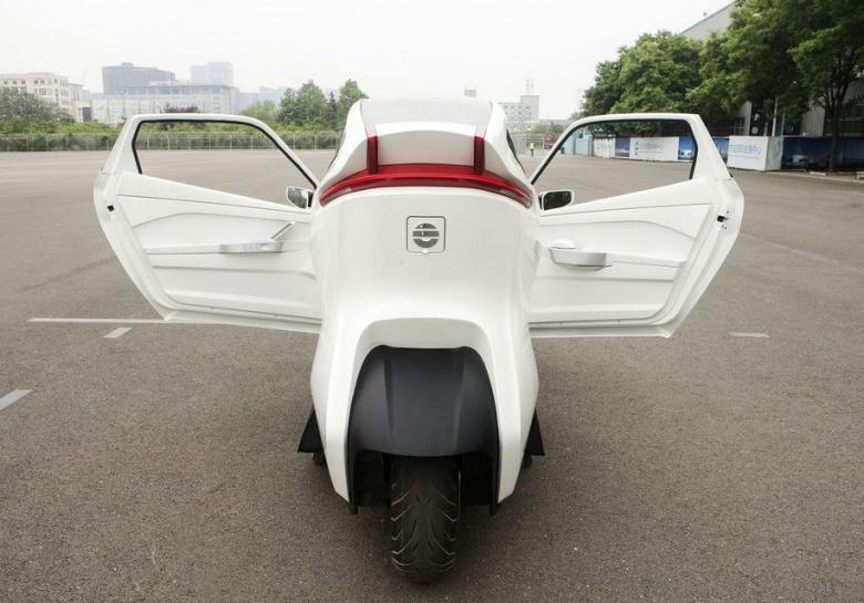 Китайцы тестируют двухколесный «беспилотный» автомобиль 1