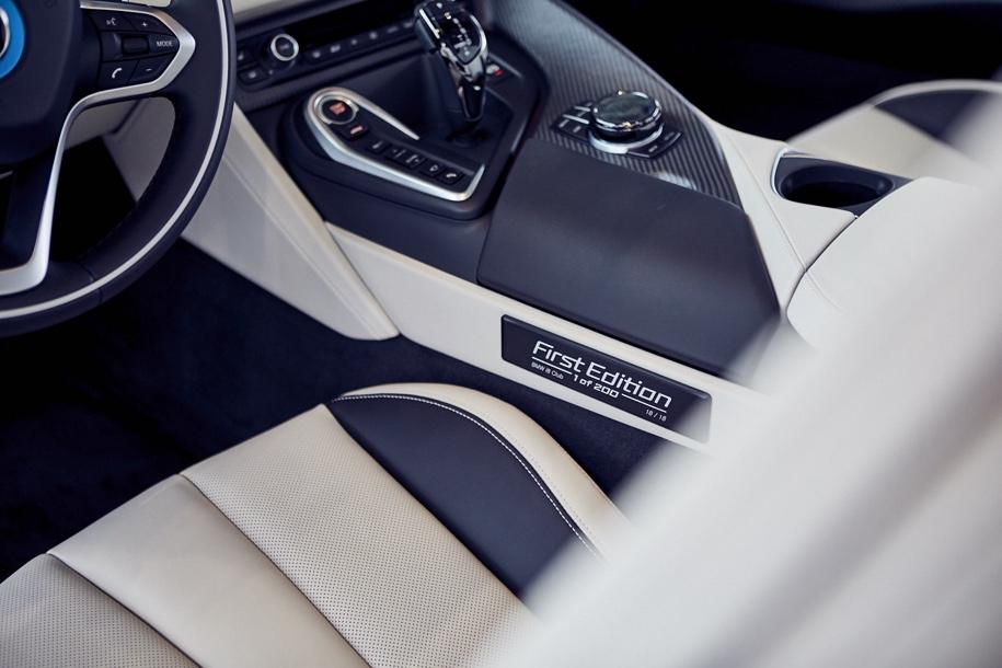 Компания BMW одновременно передала клиентам 18 родстеров i8 2