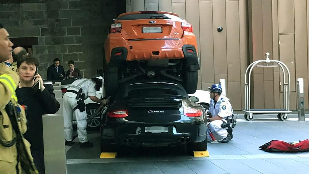 Porsche 911 «припарковался» под Subaru 1
