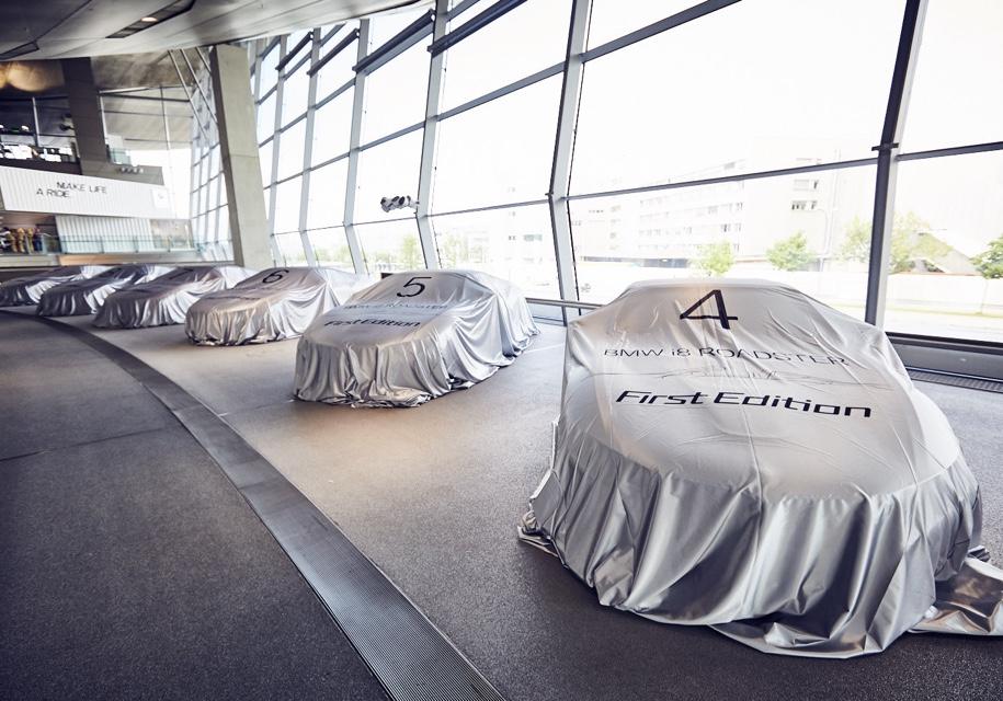 Компания BMW одновременно передала клиентам 18 родстеров i8 1