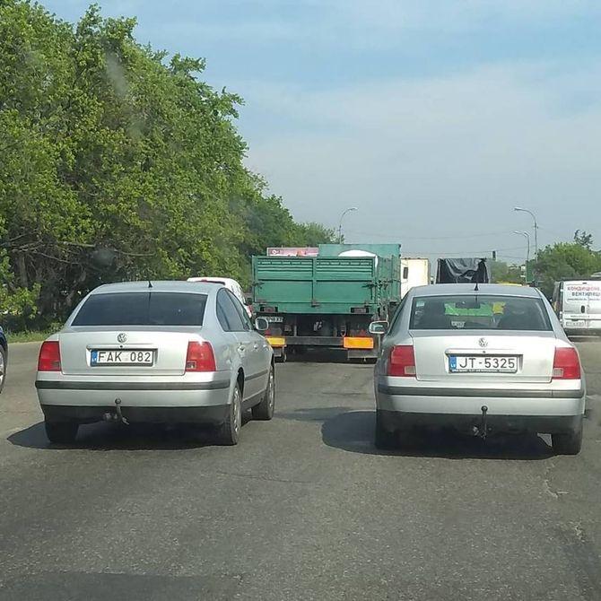 В одном потоке замечены два идентичных автомобиля на еврономерах 1