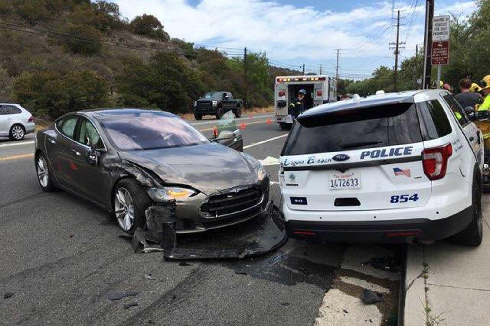 Tesla в режиме автопилота «напала» на полицию 1
