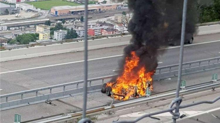 Водитель заживо сгорел в электромобиле Tesla 1