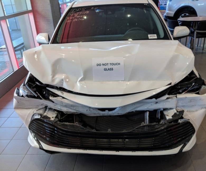 Разбитую в ДТП Toyota Camry выставили в дилерском центре 1