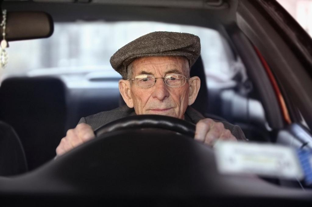В Латвии 100-летний водитель попал в ДТП и не заметил этого 1