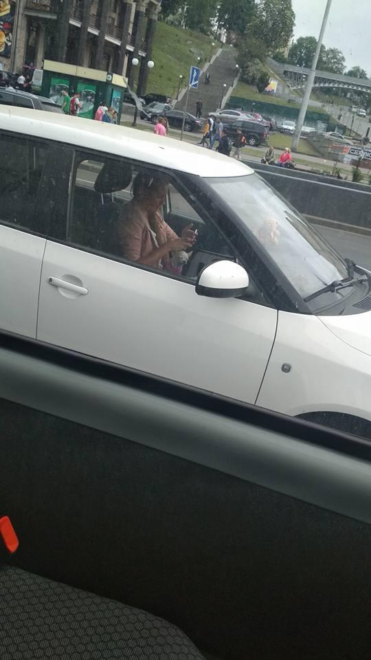 Автоледи удивила соцсети своей манерой вождения 1