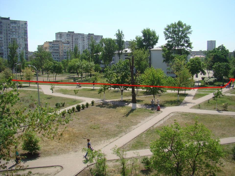 Наглый киевлянин устроил заезд по газону возле школы 3