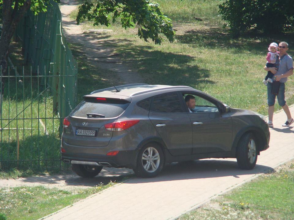 Наглый киевлянин устроил заезд по газону возле школы 1