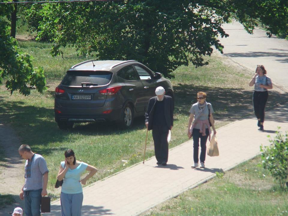 Наглый киевлянин устроил заезд по газону возле школы 2