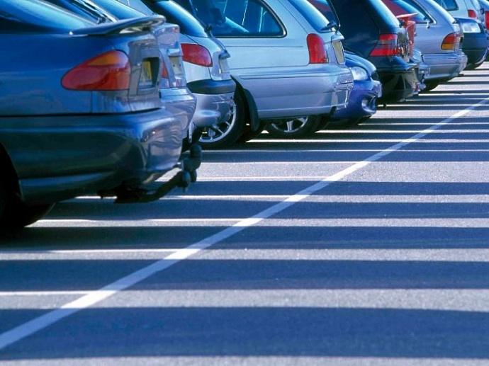 В Украине запретили новые парковки на тротуарах и дорогах 1