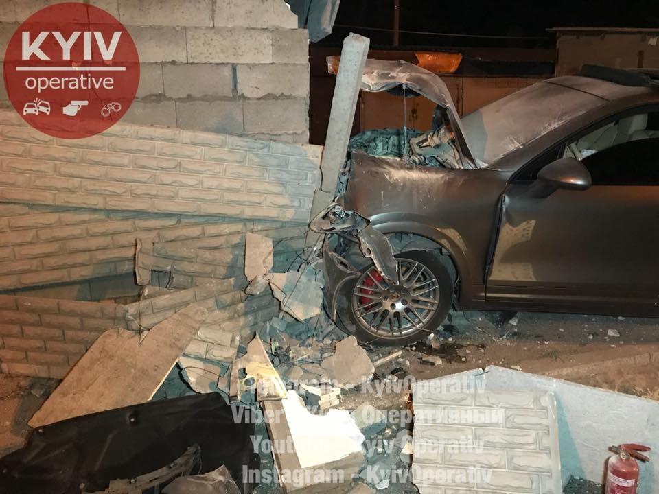 Водитель Porsche протаранил гараж, чтоб избежать более серьезной аварии 1