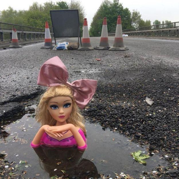 В Британии яму на дороге заделали кукольными головами 1