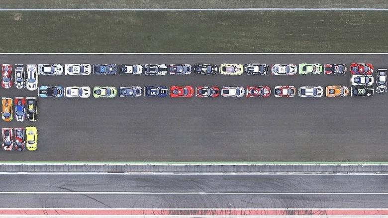 40 гоночных болидов приняли участие в необычном флешмобе 1