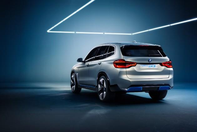 Компания BMW представила полностью электрический кроссовер 4