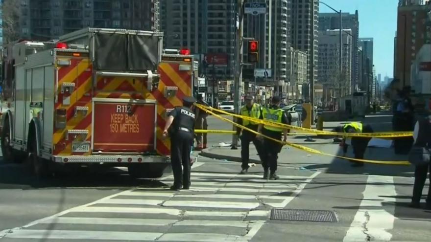 В Канаде фургон выехал на тротуар и начал давить пешеходов 3