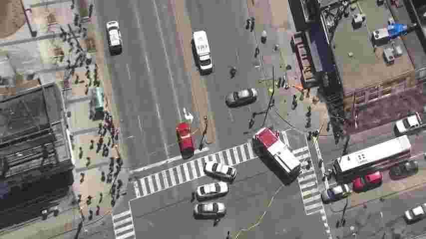 В Канаде фургон выехал на тротуар и начал давить пешеходов 2