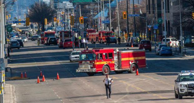 В Канаде фургон выехал на тротуар и начал давить пешеходов 1
