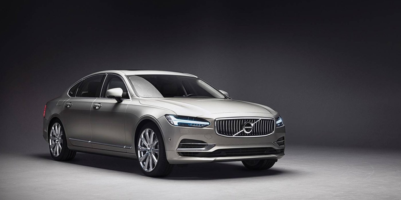 Volvo представила трехместный седан с проектором в салоне 1