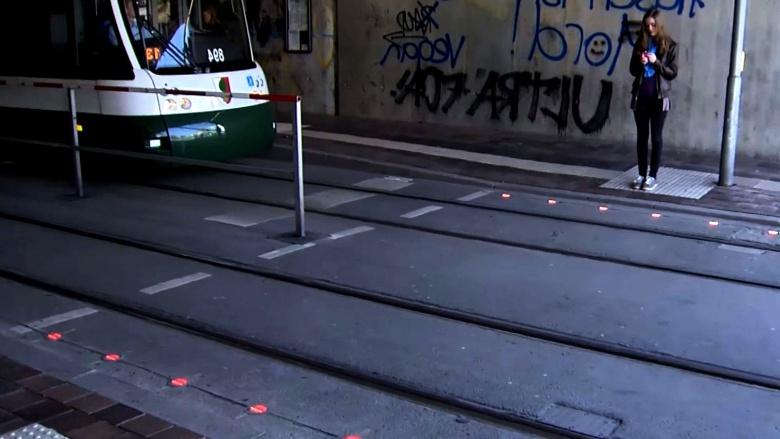 Испанские города «украсили» переходами для «смартфонозависимых» пешеходов 1