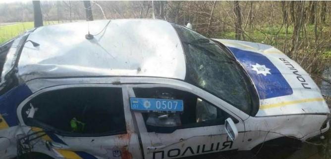 Украинские патрульные утопили свой автомобиль в болоте 1