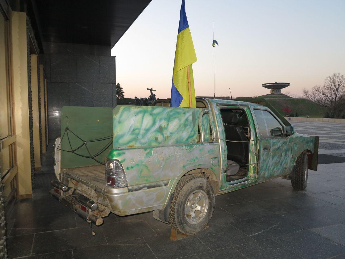 В Киеве показали уникальный бронеавтомобиль из зоны АТО 1