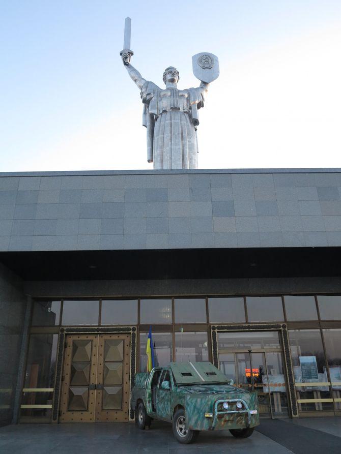 В Киеве показали уникальный бронеавтомобиль из зоны АТО 3