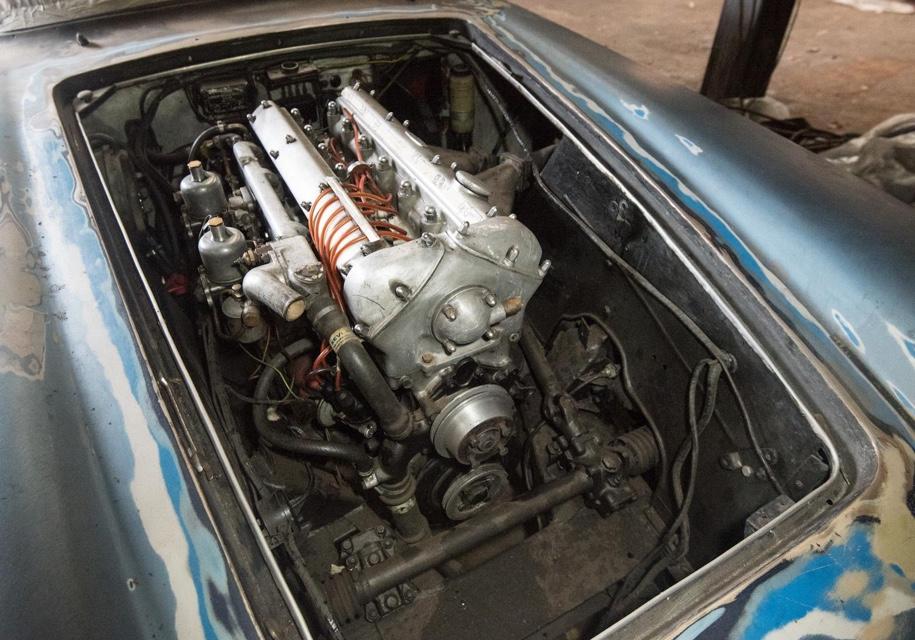 В заброшенном гараже нашли раритетный Jaguar 3