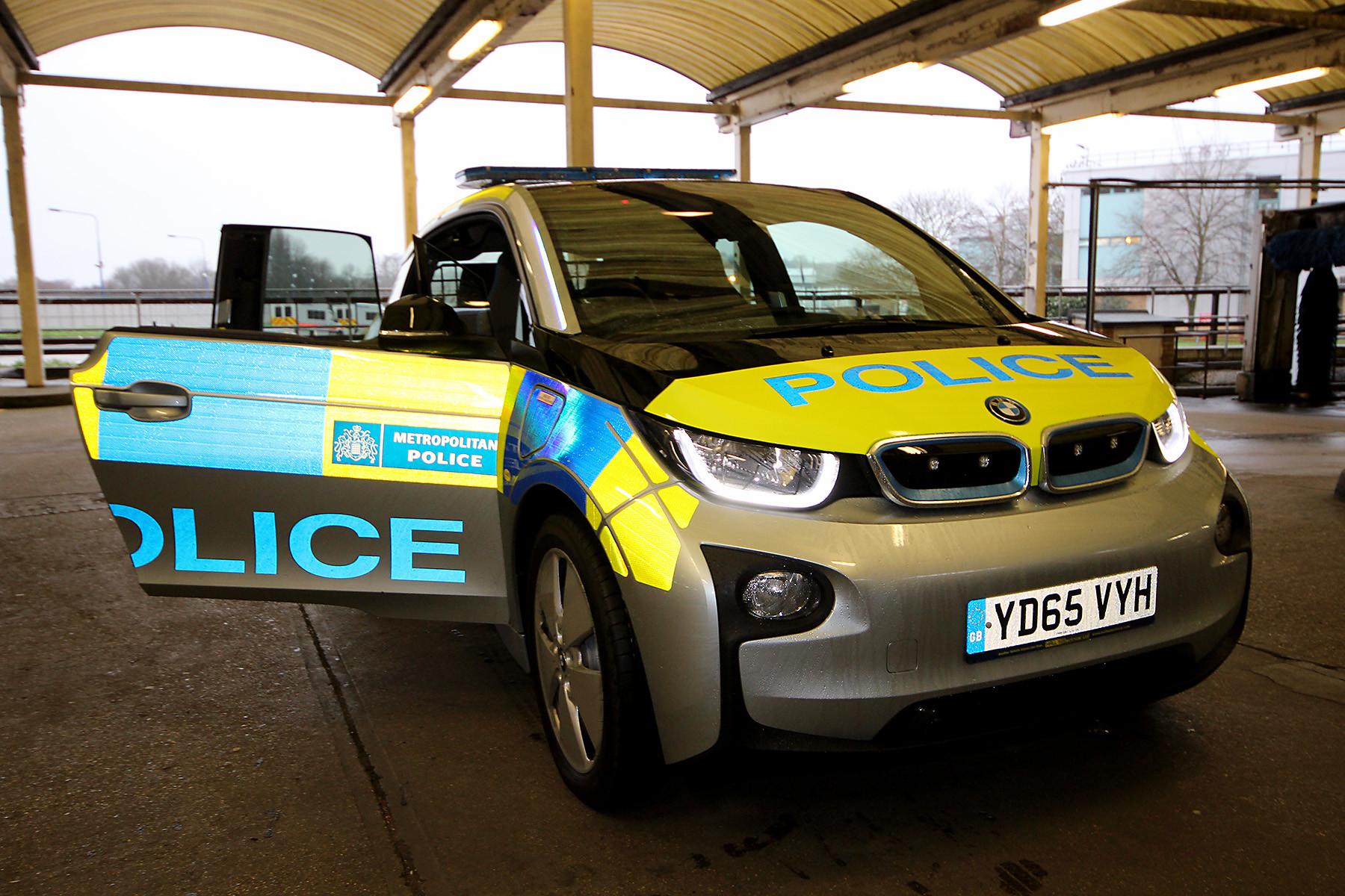 Британские полицейские заправляют автомобили не тем топливом 1