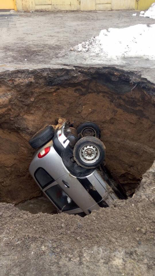 В Украине кроссовер полностью ушел под землю 1