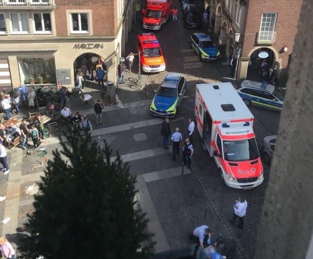 В Германии автомобиль въехал в толпу людей 1