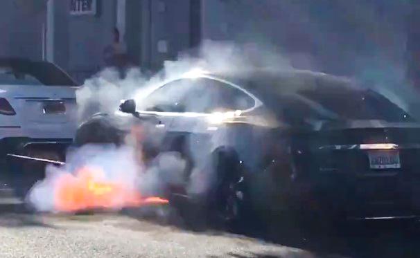 Американцы озадачены сгоревшей Tesla режиссера Майкла Морриса 1