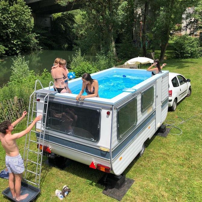 Из дома на колесах сделали шикарный бассейн 1