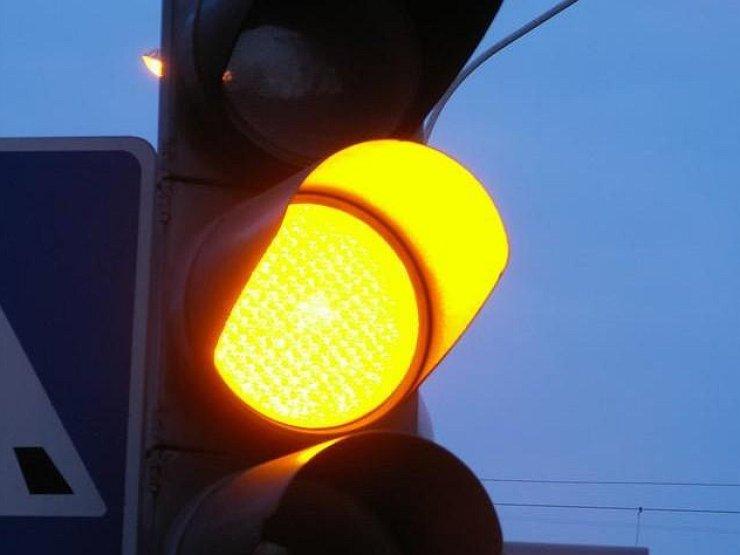 В Украине начали отменять мигающий желтый сигнал светофора 1
