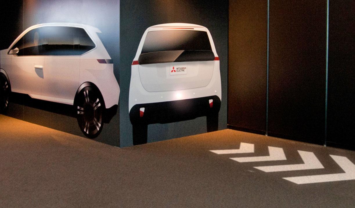 Автомобили Mitsubishi будут проекциями предопреждать пешеходов о маневрах 1