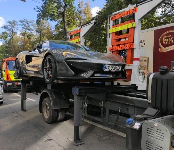 В Киеве эвакуировали на штрафплощадку редкий суперкар McLaren 1