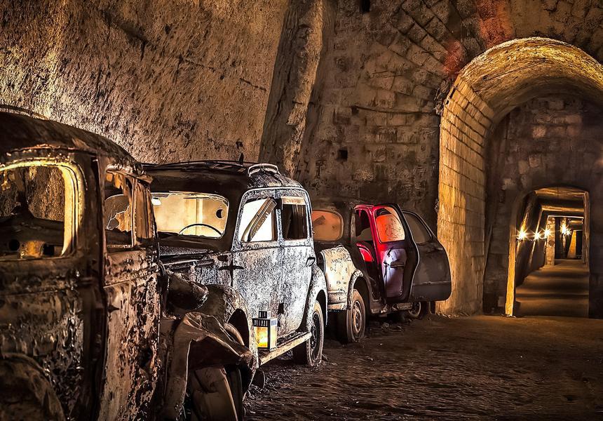 Десятки автомобилей на 80 лет забыли в туннеле времен Второй мировой 2