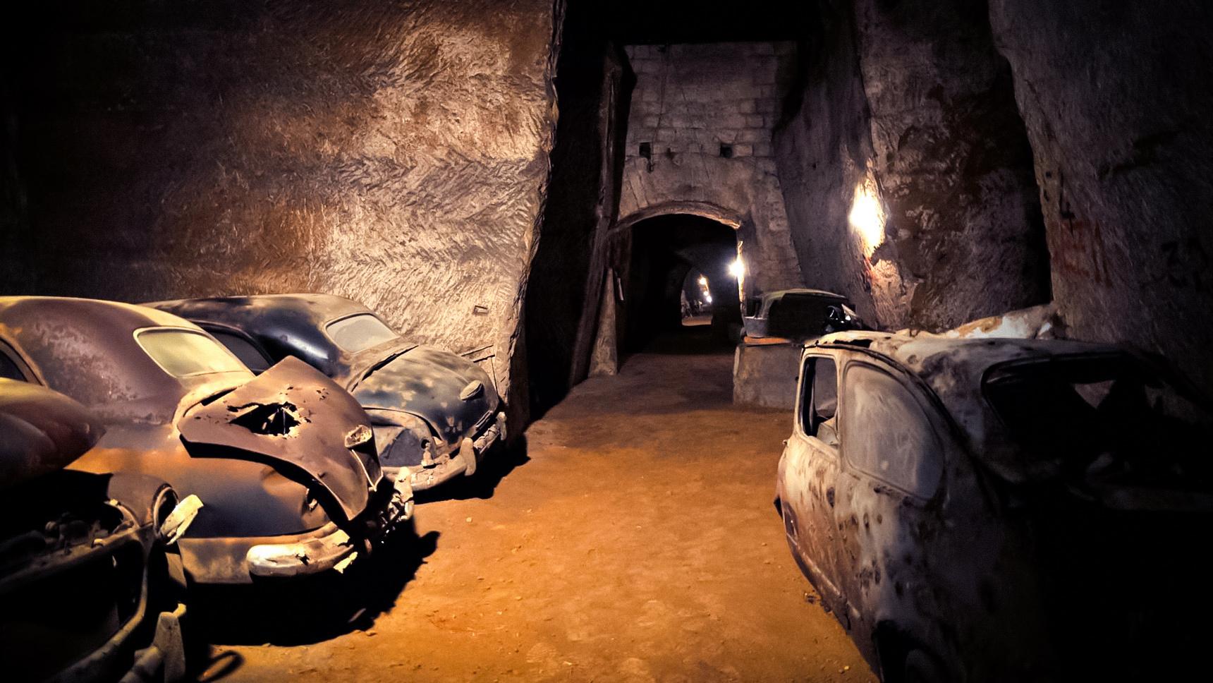 Десятки автомобилей на 80 лет забыли в туннеле времен Второй мировой 1