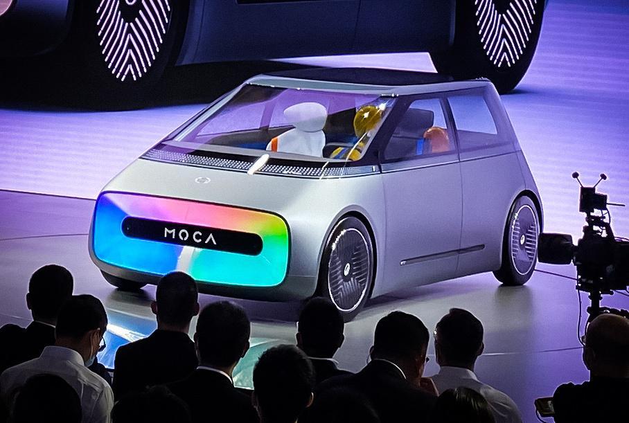 Автомобиль будущего получил телевизор вместо «лица» 2