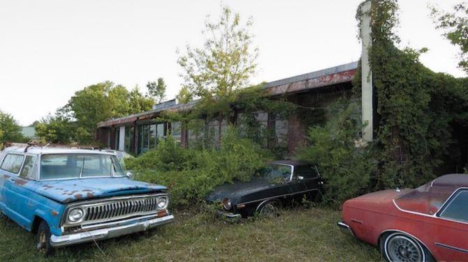 В США обнаружили заброшенный автосалон, который всё ещё работает 3