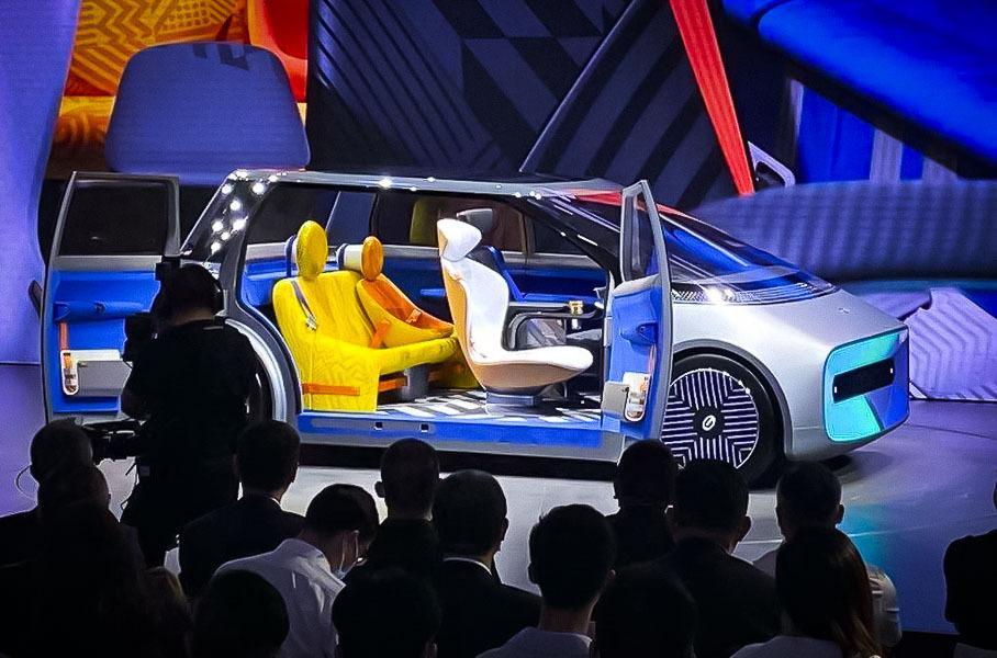 Автомобиль будущего получил телевизор вместо «лица» 4