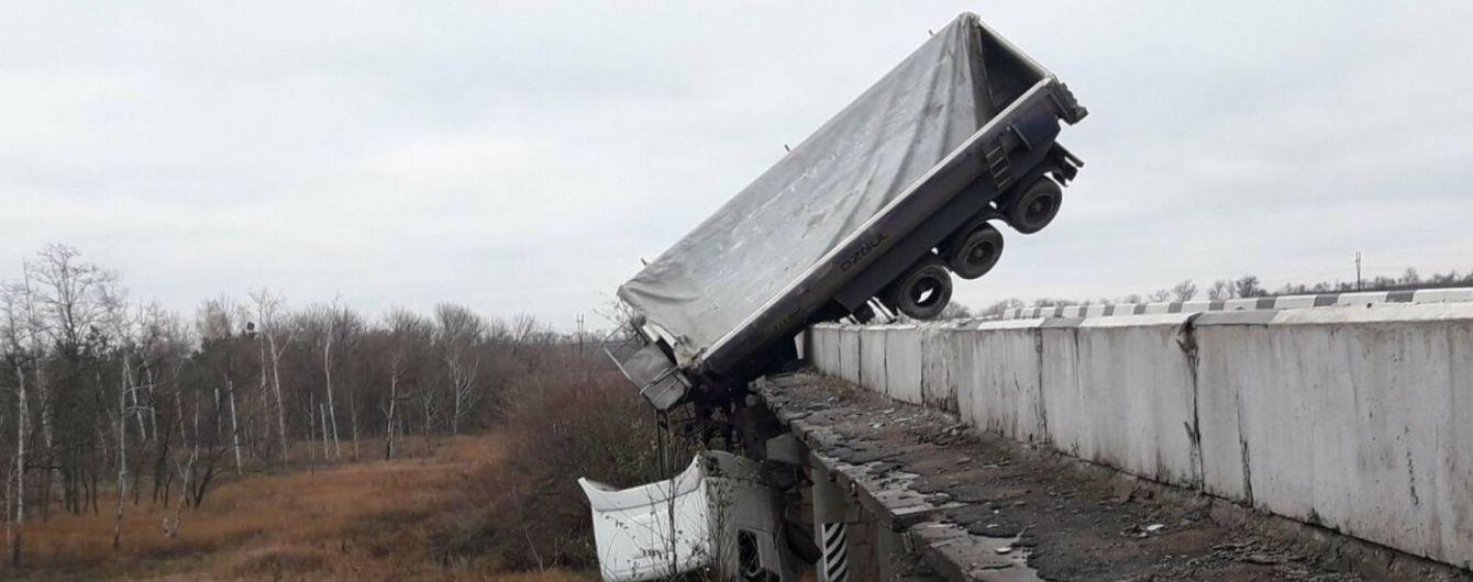 Под Мариуполем: с моста слетела фура и зависла над трассой (фото) 1