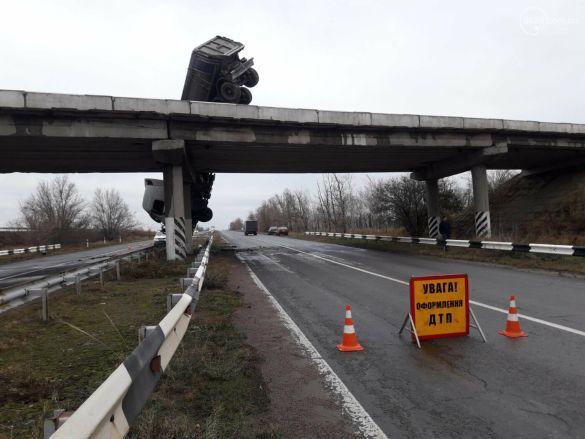 Под Мариуполем: с моста слетела фура и зависла над трассой (фото) 2