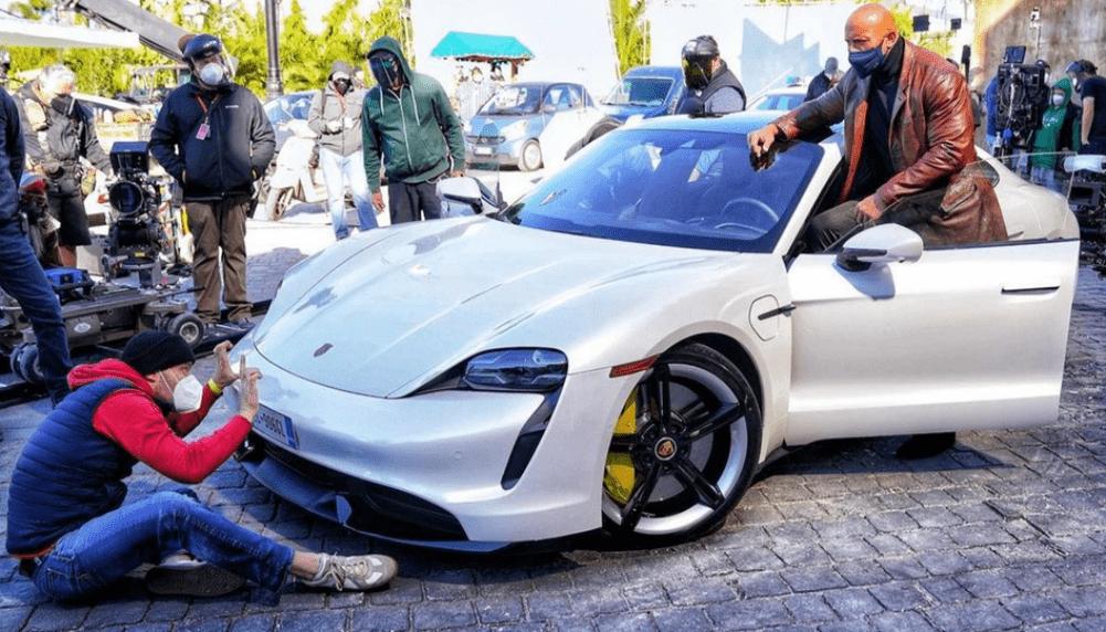 Великан Дуэйн Джонсон не поместился в Porsche Taycan на съемках фильма 1