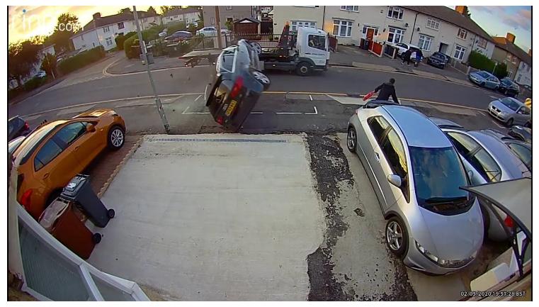 Крайне неудачный обгон: Audi A3 задела эвакуатор и выполнила несколько кувырков (видео) 1