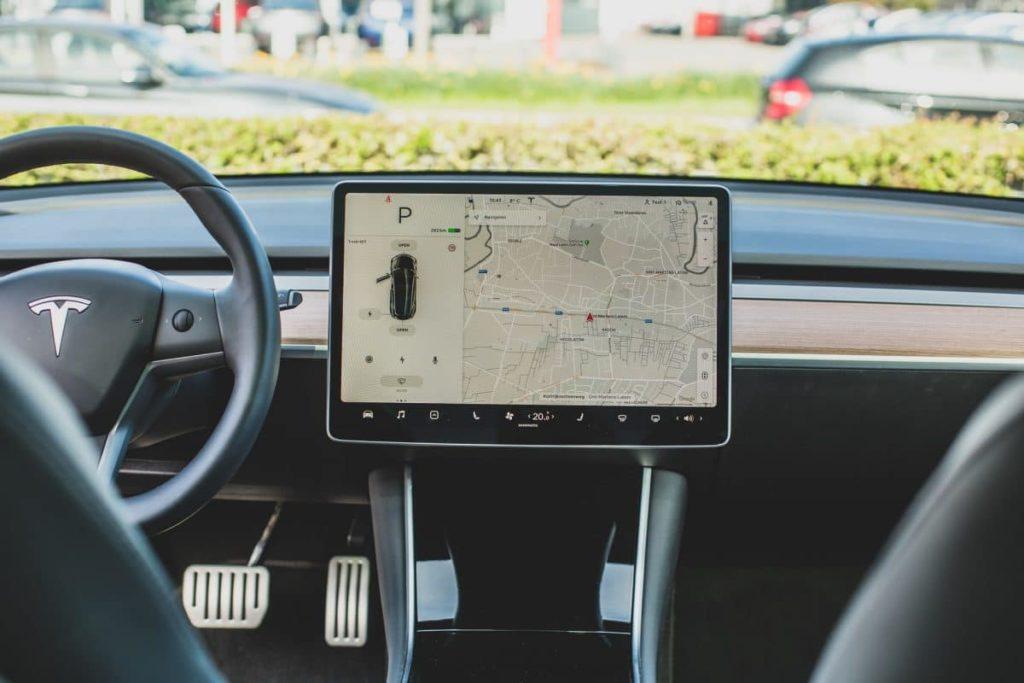 Сенсационно заявление! Tesla следит за владельцами Model 3 через скрытую камеру в салоне 1