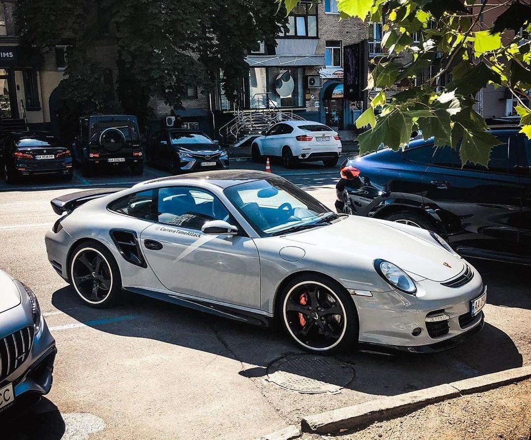 На дорогах Украины заметили уникальный тюнингованный Porsche 911 2
