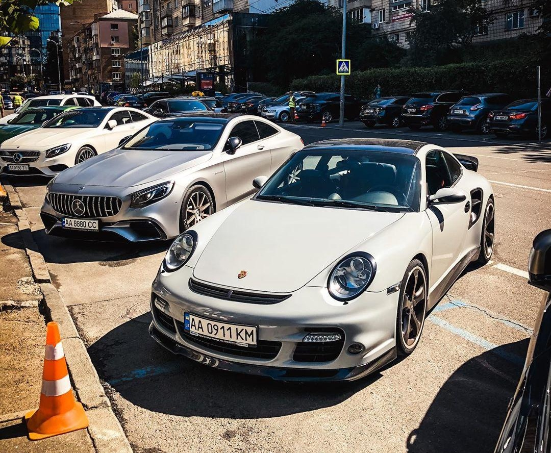 На дорогах Украины заметили уникальный тюнингованный Porsche 911 1